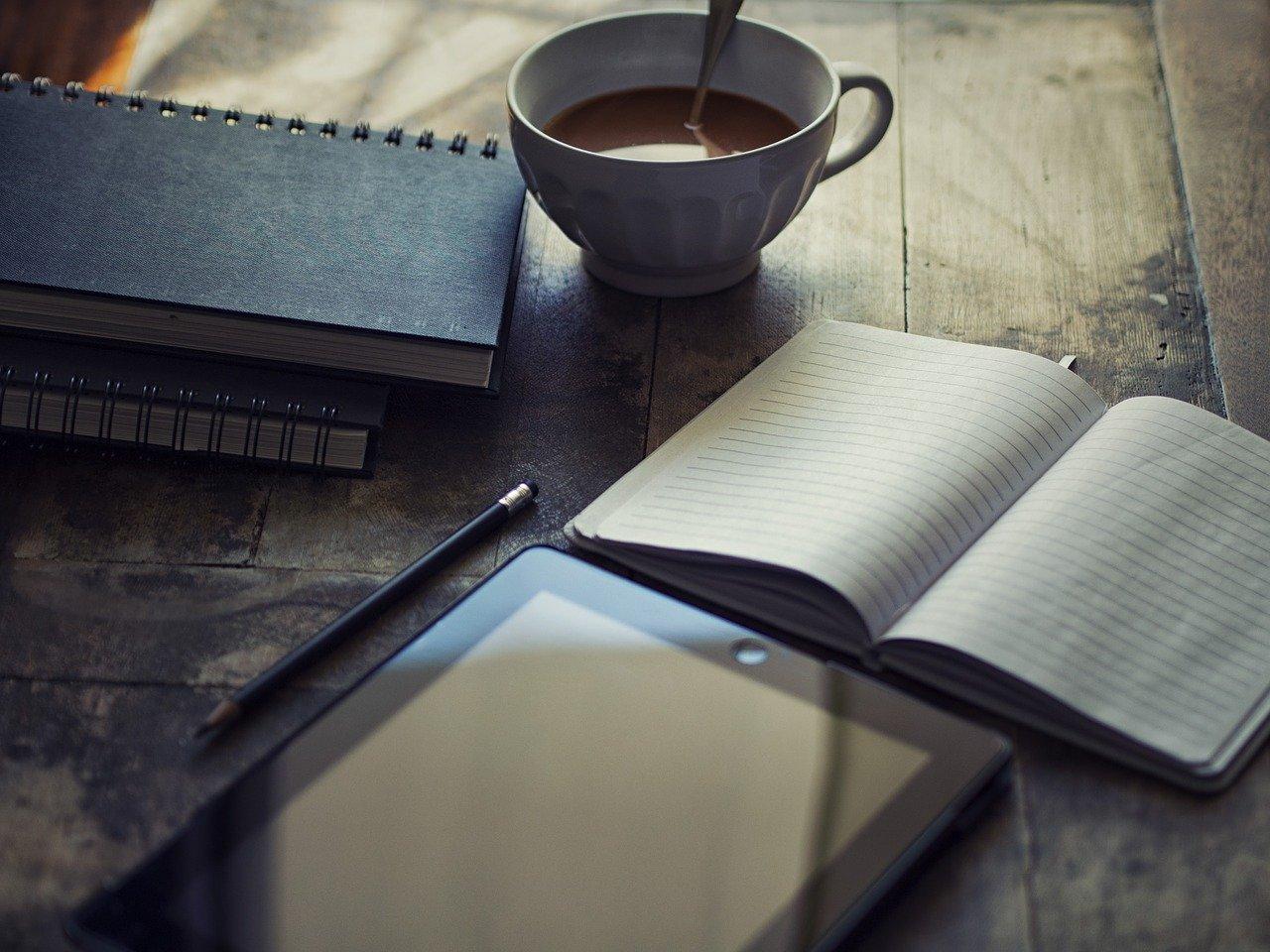 Kos deg med en kaffekopp og skriv i vei!