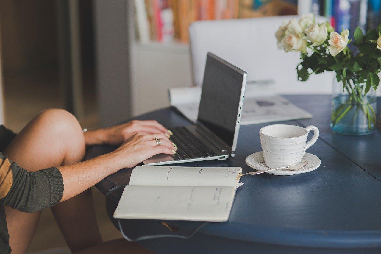Det er fint å jobbe hjemmefra på PC-en med en kopp kaffe.