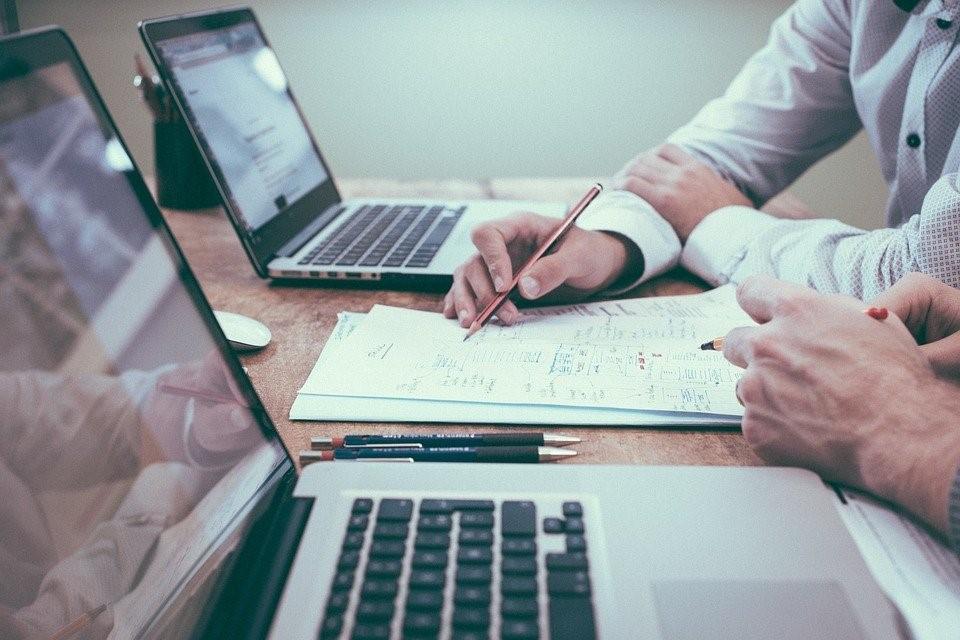 Forretningsplan kan skrives for hånd med PC som oppslagsverktøy.