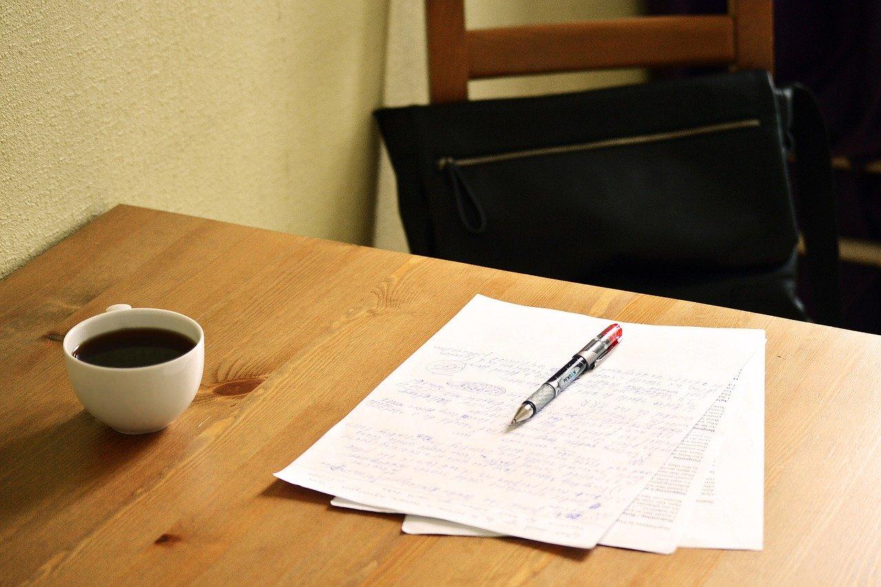 En penn, teksten, og en kaffekopp er perfekt for språkvask.