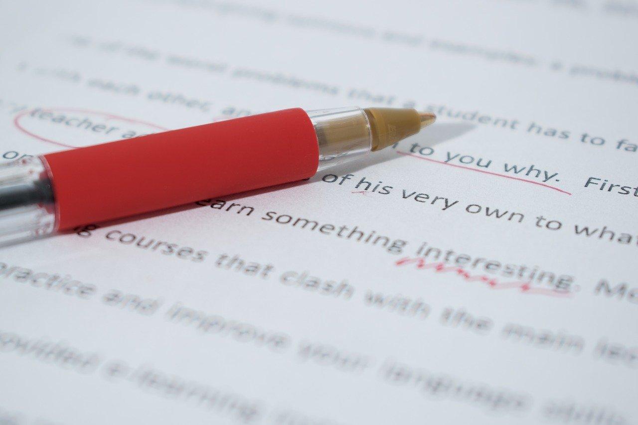 En bør ikke være redd for å bruke en rød penn og markere feil i teksten.