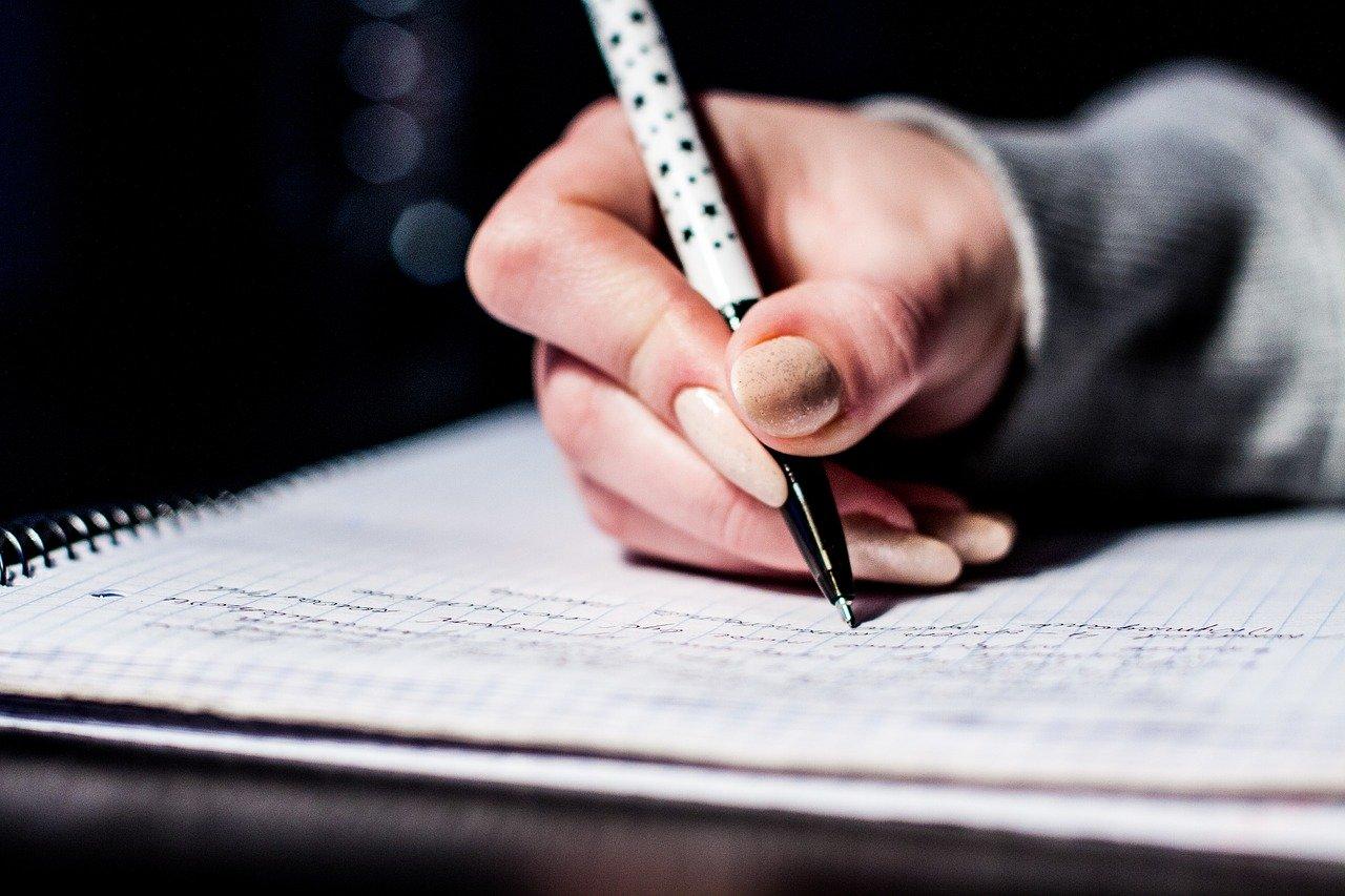 Det å skrive for hånd er ikke helt av moten enda.