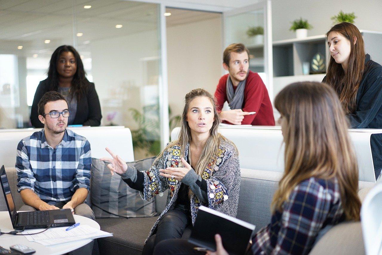 Ofte involverer B2B salg lengre dialoger og møter med kunden i person.