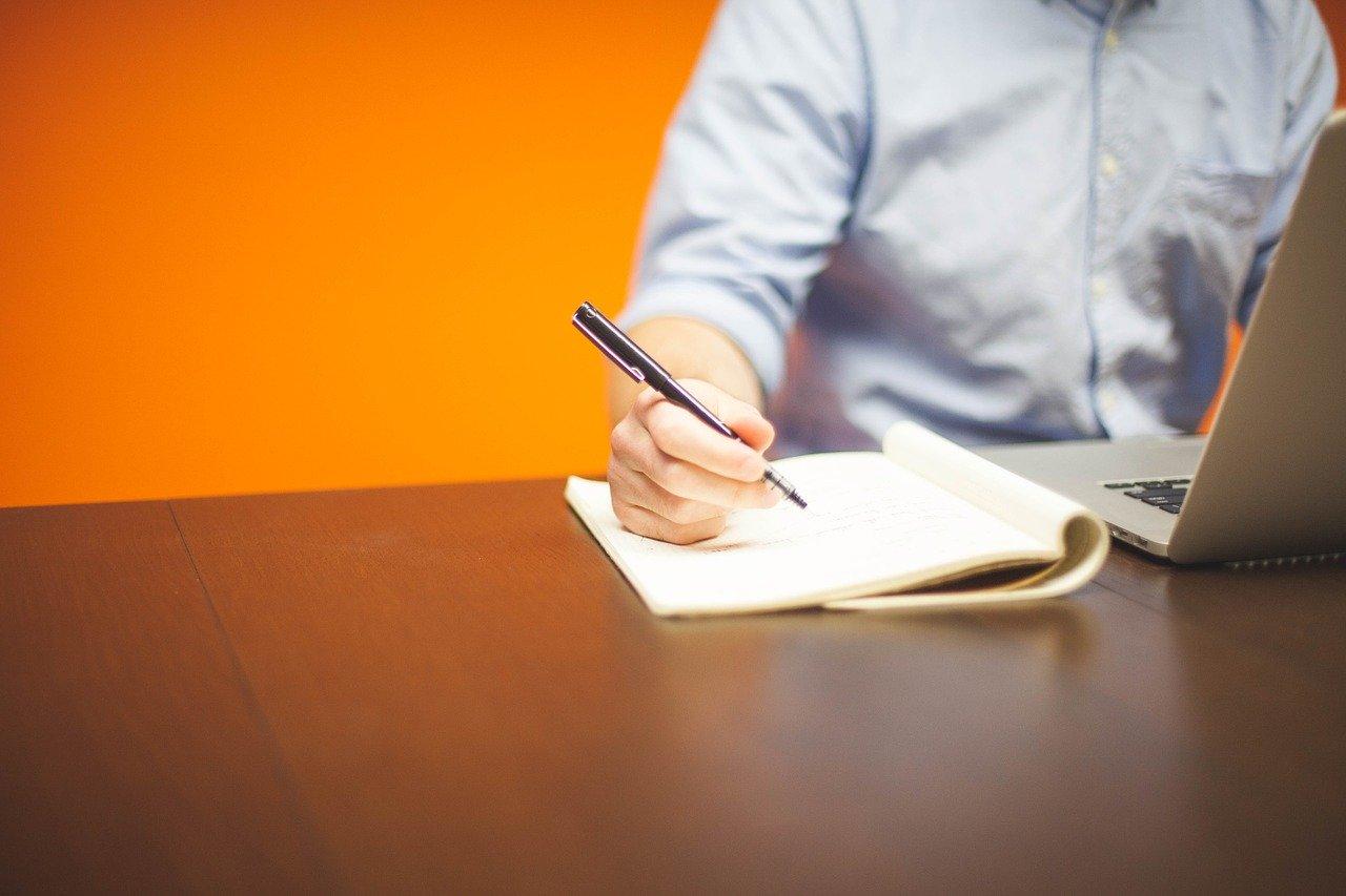 Å skrive sine tanker i notater kan være nyttig.