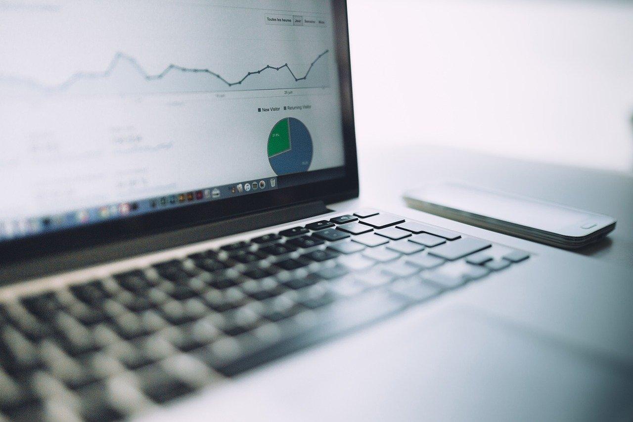 Datamaskin som viser graf fra markedsføring