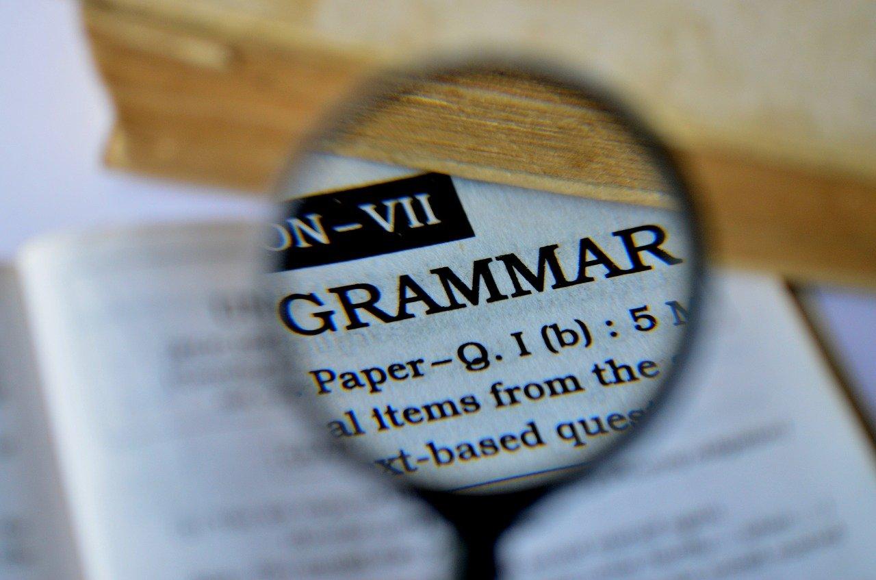 Forstørrelsesglass som viser ordet grammatikk