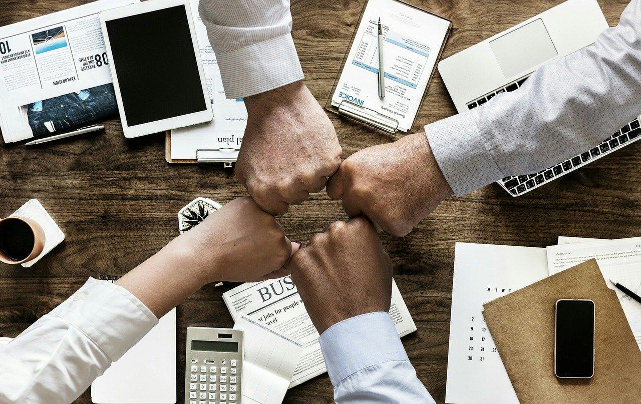 Knoker som berører hverandre som følger av et godt resultat for markedsføring